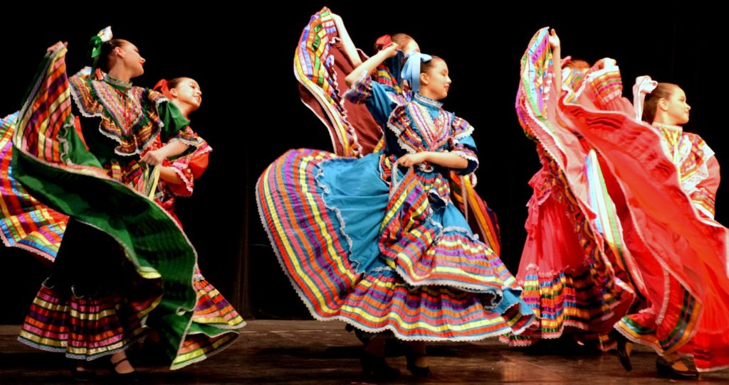 traditional mexican ballet dancers